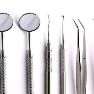 różnego rodzaju przedmioty medyczne, lusterko, szczypce