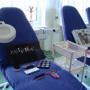 pracownia, niebieskie fotele, kosmetyki