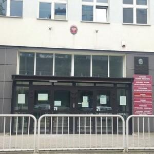 budynek szkoły, drzwi wejściowe,  tablice z nazwami kierunków nauczania
