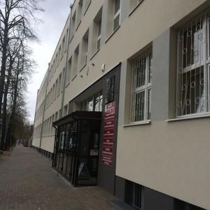 budynek szkoły, tablice z nazwami kierunków nauczania