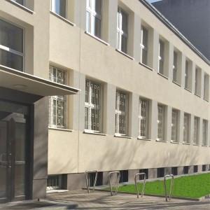 budynek szkoły, wejście do szkoły, okna