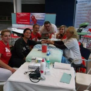 grupa osób ćwicząca opatrywanie ran