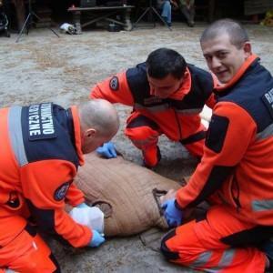 ratownicy medyczni ćwiczą na manekinie